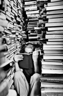 I've actually done this in a bookstore in New Mexico whilst reading An American Night by Jim Morrison. People Reading, I Love Reading, Woman Reading, Reading Room, I Love Books, Books To Read, Pile Of Books, Buy Books, Michel De Montaigne