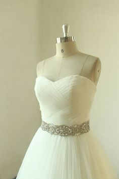 Ivoire romantique une ligne mariage robe avec ceinture en perles
