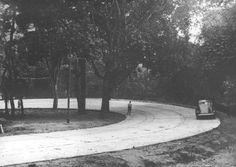 https://flic.kr/p/28iG2Q   Rio - Estrada da Tijuca - 1941    Vemos hoje uma bucólica imagem da Estrada do Alto da Boa Vista, hoje batizada de Av. Edson Passos, no início da década de 40.   Um passeio e tanto, ainda hoje.   Fonte: Foto do Jornal Correio da Manhã do Arquivo Nacional.
