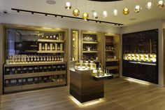 The Whisky Shop's flagship Piccadilly store, which opened at the end of recently picked up the 2013 National Association of Shopfitters (NAS) Design D House, Shop House Plans, Shop Plans, Shop Front Design, Store Design, Visual Merchandising, Whisky Shop, Malt Whisky, Importance Of Light