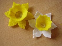 A felt daffodil badge for springtime. Tutorial at http://luckyladybirdcraft.blogspot.co.uk/2011/03/daffodil-for-springtime.html