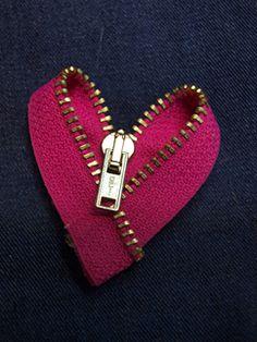 Ohjeita ja ideoita luovaan uudelleenkäyttöön. Jätemateriaalin mahtavat mahdollisuudet odottavat toteuttajaansa! Pääkaupunkiseudun Kierrätyskeskuksesta myös ilmaista askartelumateriaalia päiväkoti- ja kouluryhmille. Zipper Bracelet, Zipper Jewelry, Creative Crafts, Diy And Crafts, Arts And Crafts, Zipper Flowers, Zipper Crafts, Presents For Mom, Valentine Decorations