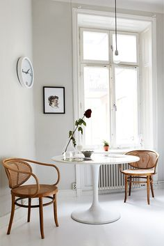 Bentwood chairs * & a modern tulip table * is always a great combination for any dining area. Interior Modern, Home Interior, Interior Decorating, Interior Design, Decorating Ideas, Simple Interior, Modern Luxury, Kitchen Interior, Mesa Saarinen