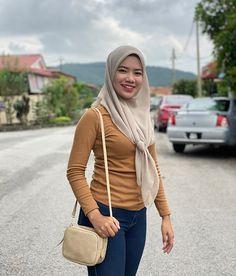 """𝓝𝓾𝓻𝓾𝓵 𝓢𝔂𝓪𝓯𝓲𝓺𝓪𝓱🐾 di Instagram """"Bodohnya aku menolak yang datang, demi mempertahankan yang pergi.😌"""" Hijab Chic, Beautiful Hijab, Instagram, Fashion, Moda, Fashion Styles, Fashion Illustrations"""