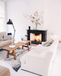 Scandinavische stijl, wit en hout met industriële lamp en mooie openhaard om de woonkamer af te maken!