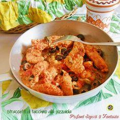Gli straccetti di tacchino alla pizzaiola sono una gustosa alternativa alla classica cotoletta o fettina in padella. Accompagnateli da un soffice purè.