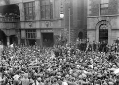 Prisoners being welcomed home from Frongoch internment camp at Merrion Row train station in central Dublin. Irish Independence, Gone Days, Irish News, Images Of Ireland, Train Station, Dublin, Old Photos, Prison, Molly Malone