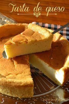 Tarta de Queso 300 g de queso crema, tipoPhiladelphia, 1 yogur natural, 130 g de leche, 4 huevos L (separadas las yemas de las claras) 100 g de azúcar 85 g de harina premezcla apta o maicena, la ralladura de 1 limón, 2 Cdtas. de polvo de hornear, 1/2 Cdta. de extracto de vainilla