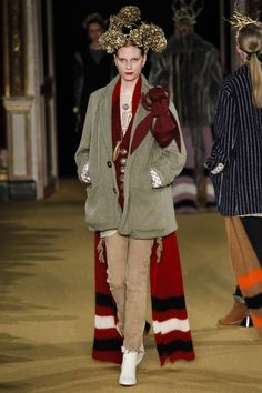 Undercover Fall 2016 Ready-to-Wear Fashion Show Cosiness + golden + Hidrangeas and Giant hornet = modernity!