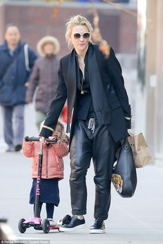 Cate Blanchett and her daughter Edith took a stroll around New York Friday so the little lady could enjoy some time on her scooter Cate Blanchett, Celebrity Outfits, Celebrity Style, Androgynous Fashion, Famous Women, Style Icons, Daughter, Pin Up, Celebs
