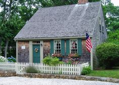 <3 cute cape cod ! i want a house like this i dont care if its small @David Bucher >:(