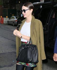 海外セレブスナップ | Celebrity Style: 【ミランダ・カー】Metガラの準備へ向かう姿も素敵!光沢感のあるミニスカートでNYの自宅に到着のミラ...
