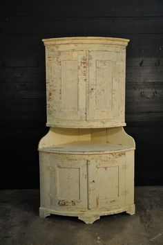 19th painted corner cabinet Espace Nord Ouest