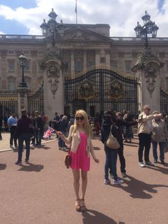 Caitlin-of-Styled-American-in-front-of-buckingham-palace http://styledamerican.com/london-roundup/