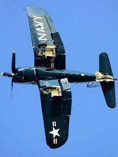 Le Chance Vought Corsair est un avion militaire, fabriqué par les… F4u Corsair, Ww2 Aircraft, Fighter Aircraft, Military Aircraft, Fighter Jets, Aircraft Carrier, Tomcat F14, Photo Avion, Old Planes