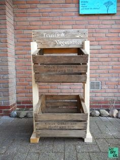 Obstregal aus Kisten und Palettenholz / Kitchen shelf made from crates and pallets / Upcycling Fruit And Vegetable Storage, Vegetable Bin, Fruit Box, Fruit Stands, Fruit Crates, Wood Projects, Woodworking Projects, House Projects, Potato Bin