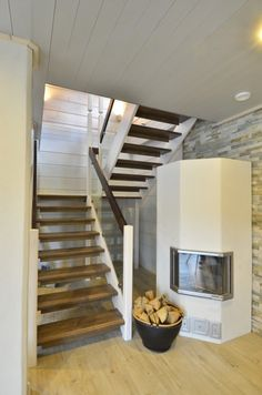 Lappiporras TC2 Portaassa Timber Clamps lasikaiteet. Käsijohteet ja askelmat ruskeaksi petsatut muut varusteet valkoiseksi maalattu. Stairs, Decoration, Home Decor, Life, Ladders, Homemade Home Decor, Decorating, Stairway, Dekorasyon