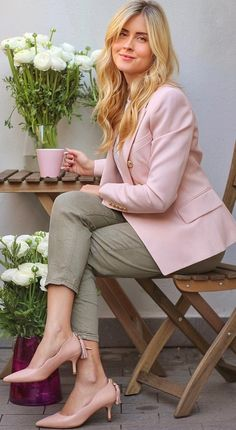 Coffee combo in pink and green with these shoes - where Italian leather meets Portuguese artisans masters 💘 portugueseshoes dolportugal ohmydol adv GPLUSE. Valentina Ferragni, Naturally Curly Bob, I Icon, Business Fashion, Business Style, Hair Humor, Italian Leather, Portuguese, Everyday Fashion