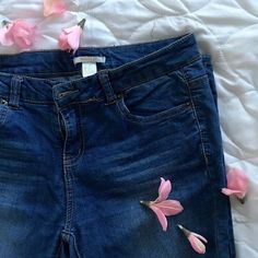 """Forever 21 Skinny Jeans Good condition! Just needs to be ironed CHEAPER ON Ⓜ️ERCARI! Search """"MELLYRULLS"""" • smoke free, no trades, PP  • size 28  • I ship same/next day✨  • I am not responsible for anything that happens AFTER I ship (ex: delayed shipping), or if it does not fit. Thanks :) Forever 21 Jeans Skinny"""