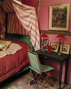 Mixing stripes−thick with thin!−in the bedroom like INÈS DE LA FRESSANGE