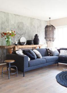 Prachtige muur, en gaaf houten meubel achter de bank!