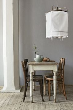 The Natural Beauty Of Linen Wallpaper Room Chairs, Dining Chairs, Dining Room, Linen Wallpaper, Gray Interior, Interior Design Inspiration, Wall Colors, Decoration, Mid-century Modern