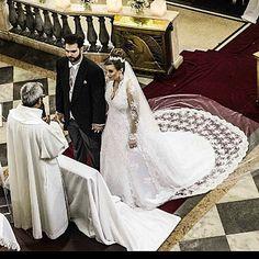 Foto maravilhosa feita pelo querido @jeffmaya da @multimagemfv ! Vestido lindo By @ronaldoesper ! Cada detalhe bem cuidado faz a diferença para uma apresentação impecável !  #wedding #weddingceremony #cerimonia #casamento #noiva #noivo #vestidodenoiva #veudenoiva #inesquecivelcasamento #assessoriadecasamento #juniordonattoassessoria  by oficialjrdonatto