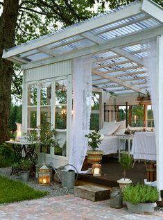 Romantisches Gartenhäuschen als Rückzugsort und zum Entspannen. Noch mehr Ideen gibt es auf www.Spaaz.de!
