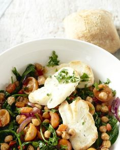 Spanish chickpea stew with halloumi, A hearty boost from Spain: a delicious chickpea stew with red pepper and spinach. And surprisingly baked halloumi. Clean Recipes, Veggie Recipes, Vegetarian Recipes, I Love Food, A Food, Good Food, Couscous, Low Carb Brasil, Clean Eating