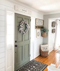 Wonderful Farmhouse Hallway Design Ideas to Revitalize Your Home Farmhouse hallway ideas will give a standout point on our farmhouse interior. Wonderful Farmhouse Hallway Design Ideas to Revitalize Your Home Home Design, Flur Design, Interior Design, Modern Design, Better Homes And Gardens, Exterior Front Doors, Exterior Paint, Front Entry, Rustic Exterior