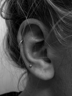 Thinking of getting your next ear piercing? Here are 16 (compelling) reasons why it should definitely be a helix ear piercing. Ear Piercing Helix, Cool Ear Piercings, Ear Peircings, Tragus Piercings, Piercing Tattoo, Cartilage Earrings, Unique Piercings, Double Ear Piercings, Ear Piercings Cartilage