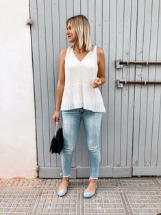 Das perfekte Frühsommer Outfit mit weißer Bluse, Jeanshose und Ballerinas Heutiges Outfit, Bluse Outfit, Denim Look, Ballerinas, Streetstyle, My Style, Outfits, Sporty Chic, Sleeveless Blouse