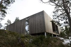 The house is situated in a pine wood on Veierland, a car-free island outside Nøtterøy in Vestfold. Perched on stilts above a rocky ridge it gently hovers in ...