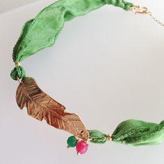 Collar corto pluma con cinta de seda – Goc´s Nine