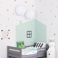 Przytulne łóżeczko w pokoju dziecięcym