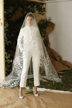 Rompedor, valiente, fabuloso vestido de novia, de Carolina Herrera http://ideasparatuboda.wix.com/planeatuboda