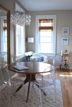 """Como Organizar e Manter a Sua Casa Não deixe o monstro das tralhas criar um ninho na sua casa. O acúmulo normalmente acontece em lugares que atraem tralha. São os chamados """"ímãs de tralha"""" ao redor da sua casa. Áreas como gavetas da cozinha, prateleiras altas dos armários ou aquelas bem pertinho do chão no …"""