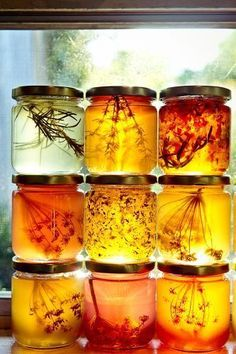 jaagutidrik: Honey infused with herbs Herbes infusant dans du miel Yummy Recipes, Honey Recipes, Salsa Dulce, Raw Honey, Honey Butter, Honey Food, Local Honey, Honey Bread, Pure Honey