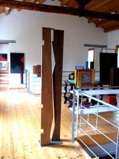 Nello studio di Franco Durante è possibile scorgere grandi tele realizzate con colori acrilici, così pure pezzi di design contemporaneo (delle vere rarità) e poi ancora sculture in metallo e legno.