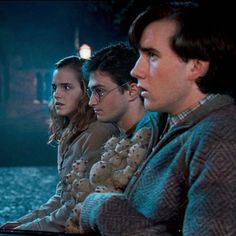 Find images and videos about harry potter, harry and hermione granger on We Heart It - the app to get lost in what you love. Harry James Potter, Saga Harry Potter, Harry Potter Hermione, Harry Potter Universal, Harry Potter Characters, Harry Potter World, Hermione Granger, Neville Longbottom, Hogwarts