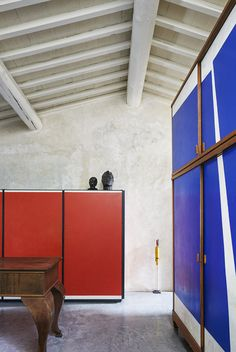 La maison de RobertoBaciocchi en Toscane Une pièce de rangement comme une composition de Piet Mondrian. L'armoire rouge, imaginée par Roberto Baciocchi, répond à celle, bleu électrique, chinée il y a de nombreuses années.