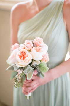 Peach garden rose bouquet subtly contrasts the mint bridesmaids dress - and it's perfect!