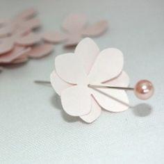 Enfeites feitos com flores de papel e isopor