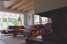 Gemütliches Wohnzimmer mit marokkanischem Einfluss  #sofa #ledersofa #couch #sofalandschaft #leuchten #wintergarten #kamin #leder #marokkanisch #holzhaus #fertighaus #modern #sichtdecke #neubau #interior #einrichten #architektur #architecture #schönerwohnen #wohnen