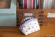 Rounded Zipper Pouch - Sewing Pattern & Tutorial; case,  coin purse, DIY