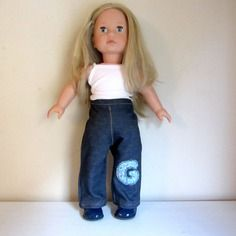Habit de poupée : pantalon jean appliqué lettre g pour poupée götz, précious day 46 cm