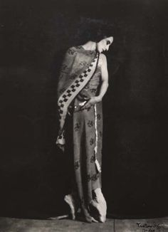 rivesveronique: Photograph of Anna Pavlova posed en pointe draped in her favourite shawl. Yarovoff, Nicholas1928