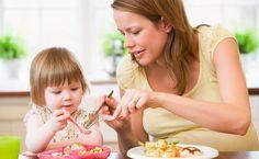 Oi, meninas!  No post de hoje vou falar sobre como introduzir regras de etiqueta para os pequenos na hora das refeições!     Desde que me entendo por gente, ouvia minha mãe dizer mil coisas sobre o que eu deveria ou não fazer na hora de comer. Tenho certeza que vocês...
