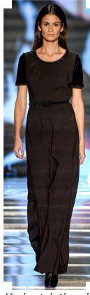 Look estilo elegante. Adequado para quem tem o formato de corpo retângulo. A cintura foi definida com um cinto discreto e o decote está chamando atenção para o colo e o rosto.