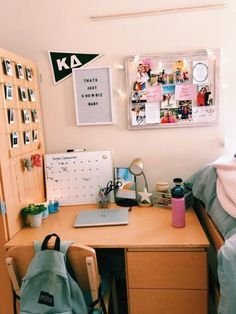room desk Dorm room desk 21 Simple and Smart Dorm Room Organization Ideas To Get A Spacious Room Dorm Room Desk, College Bedroom Decor, Cute Dorm Rooms, College Dorm Rooms, College Dorm Decorations, College House, Uni Room, College Dorm Stuff, College Dorm Pictures